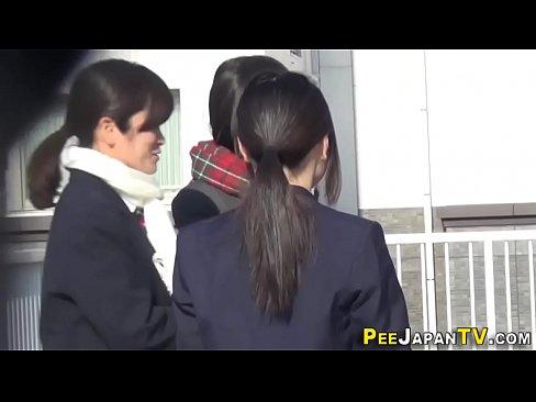 XVIDEO 女子校生が野外でおしっこをする姿を隠し撮り