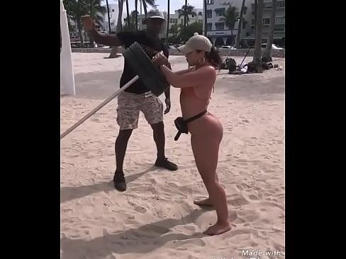 gostosa malhando na praia