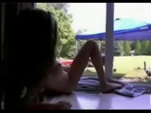 Gostosa Faz Show Na Webcam E Jardineiro Ve Tudo Pela Janela