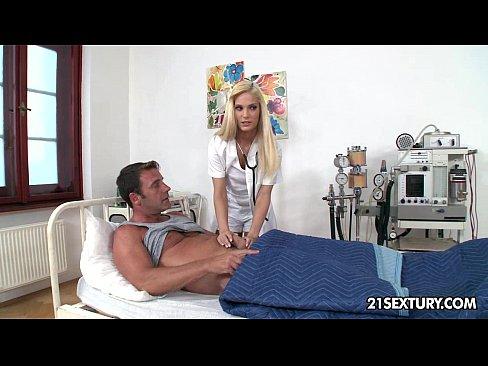 Порно С Медсестрой На Кушетке