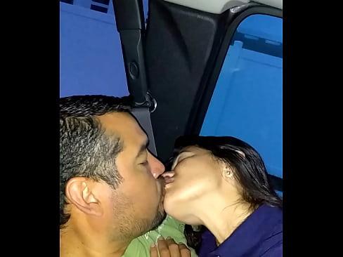 Si así besa como ha de culiar la putita madura, ¡Que rica!