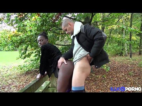 jaina jeune black en double pénétration devant son mec