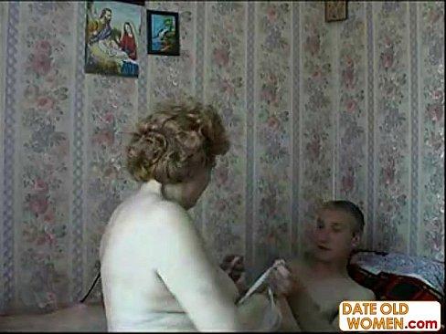 porno-odna-starushka-ebetsya-s-dvumya-parnyami-sebya-butilkoy