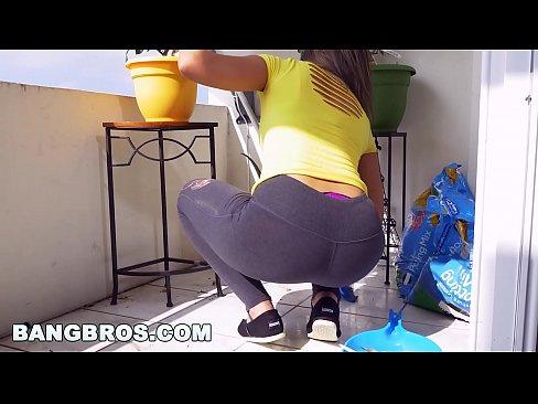 BANGBROS – Latina maid Mariah cleans more than just the apartment (mda15731)