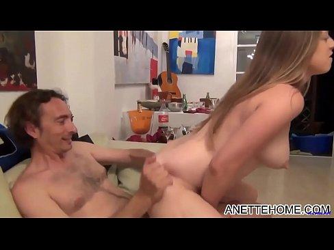 Jeu sexuel de deux jeunes pornstars - Vidéo Trio Porno