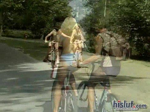 Трахнул велосипедистку порно